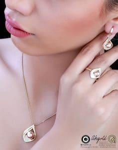 gold plaque jewelry earrings ring bullion chains photo model 2020 photography 18 237x300 - عکاسی مدلینگ ۲۰۲۰ طلا و جواهر